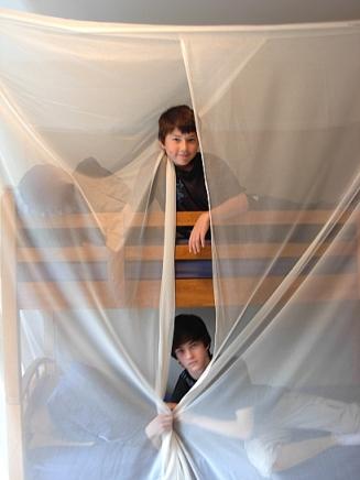 Jaden y Evan Jeske dormir bajo un dosel de blindaje para bloquear las frecuencias de radio de microondas externas de los cuatro torres celulares cercanas.  (Foto © Kim Goldberg, 2013)